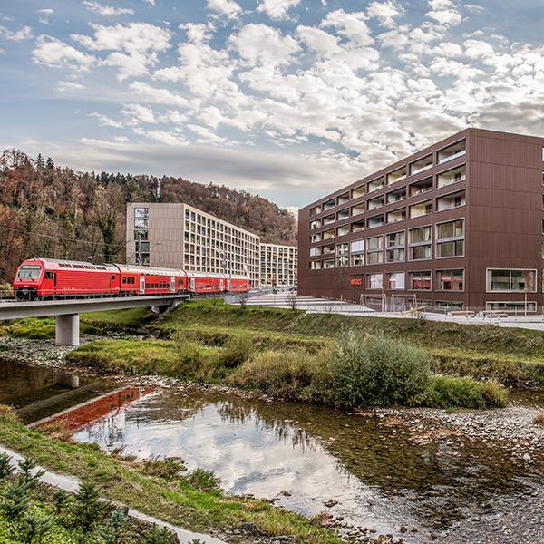 Rote S-Bahn auf Brücke, Ausfahrt aus dem Areal Sihlbogen