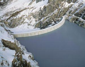 Luftbild Stausee in den Bergen