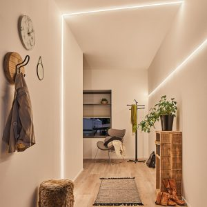 Gangbeleuchtung mit horizontalen und über die Decke gewinkelten Lichtstreifen