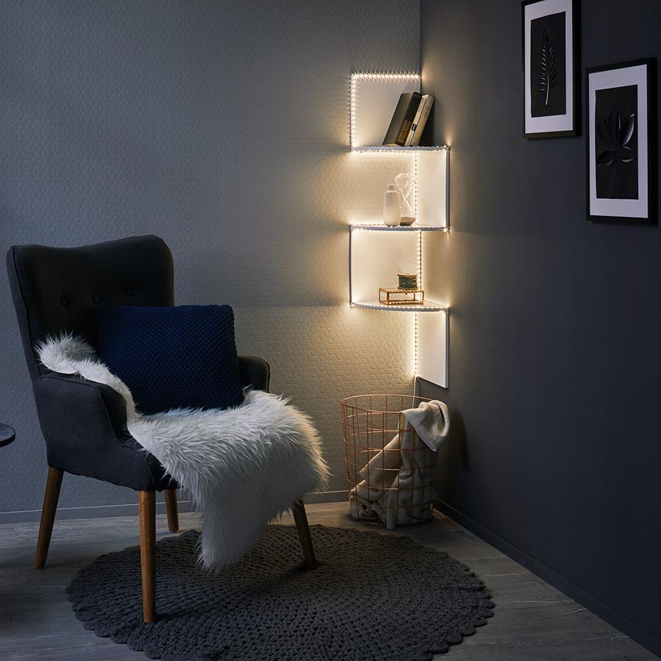 Regalbeleuchtung mit einem LED-Streifen, bei dem die einzelnen Lichtpunkte glitzern – er folgt elegant der Kontur des Kleinmöbels