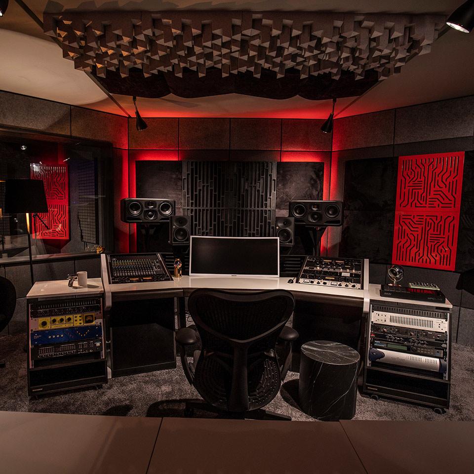 Dunkles Tonstudio mit roter Hintergrundbeleuchtung