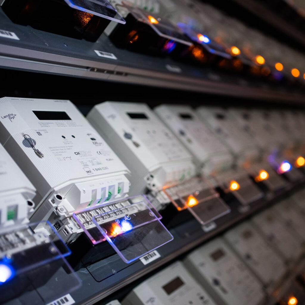 Zähler liegen in langen Reihen im Regal, LED leuchten in verschiedenen Farben