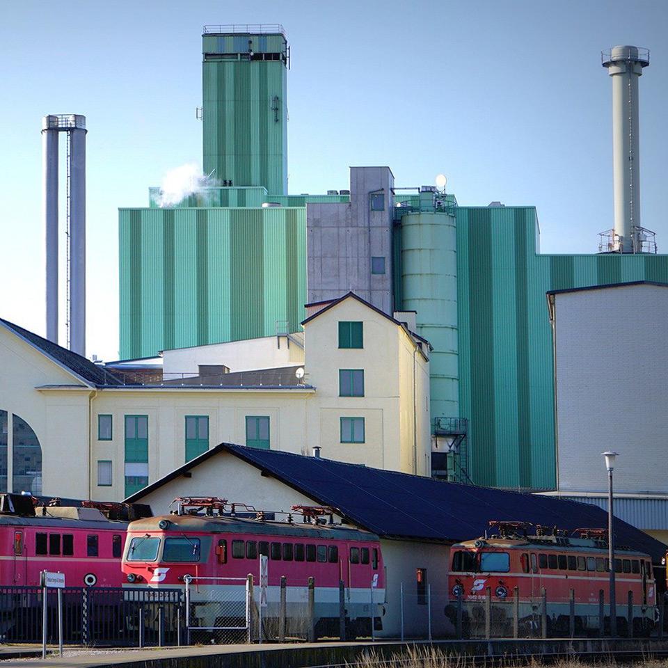 Lokomotiven vor Gaskraftwerk