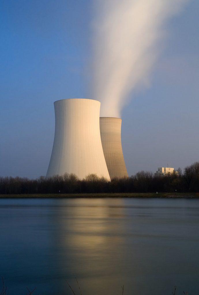Atomkraftwerk mit Kühltürmen