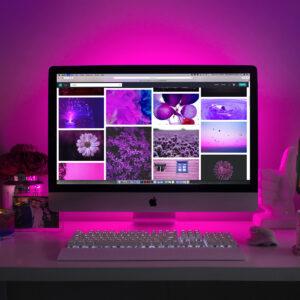 Computermonitor und Tastatur in sanftes, warmes Licht getaucht